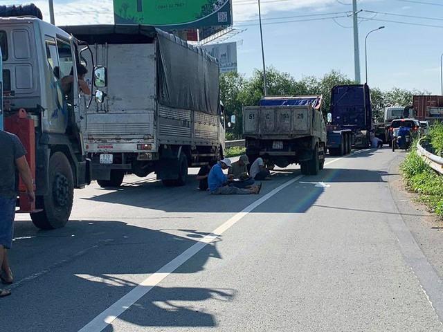 Cửa ngõ Đông Sài Gòn kẹt xe nửa ngày vẫn chưa thông - Ảnh 5.