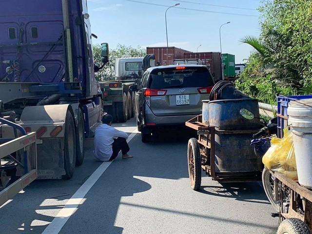 Cửa ngõ Đông Sài Gòn kẹt xe nửa ngày vẫn chưa thông - Ảnh 6.
