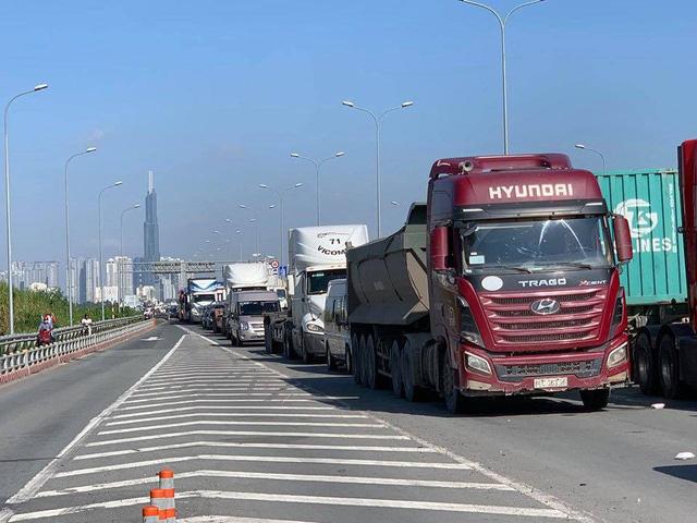 Cửa ngõ Đông Sài Gòn kẹt xe nửa ngày vẫn chưa thông - Ảnh 8.