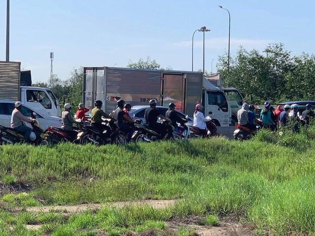 Cửa ngõ Đông Sài Gòn kẹt xe nửa ngày vẫn chưa thông - Ảnh 9.