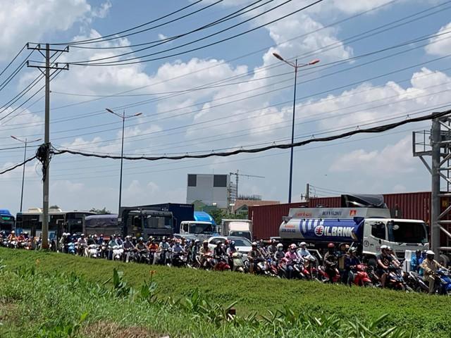 Cửa ngõ Đông Sài Gòn kẹt xe nửa ngày vẫn chưa thông - Ảnh 10.