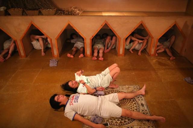Xông hơi Jjimjibang Hàn Quốc: Buộc phải trần như nhộng khiến người nước ngoài sốc nặng nhưng lại chứa đựng nét văn hóa trút bỏ khoảng cách đầy ý nghĩa - Ảnh 2.