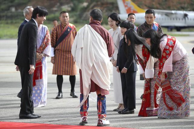 Gia đình Thái tử Nhật Bản đặt chân đến Vương quốc hạnh phúc, cộng đồng mạng phát sốt với khí chất ngút ngàn của các thành viên hoàng gia Bhutan - Ảnh 1.