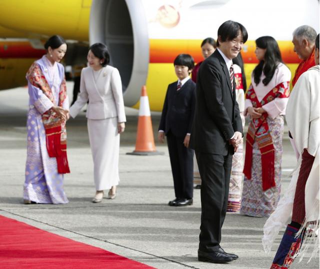 Gia đình Thái tử Nhật Bản đặt chân đến Vương quốc hạnh phúc, cộng đồng mạng phát sốt với khí chất ngút ngàn của các thành viên hoàng gia Bhutan - Ảnh 2.