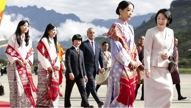 Gia đình Thái tử Nhật Bản đặt chân đến Vương quốc hạnh phúc, cộng đồng mạng phát sốt với khí chất ngút ngàn của các thành viên hoàng gia Bhutan - Ảnh 3.