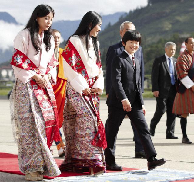 Gia đình Thái tử Nhật Bản đặt chân đến Vương quốc hạnh phúc, cộng đồng mạng phát sốt với khí chất ngút ngàn của các thành viên hoàng gia Bhutan - Ảnh 4.