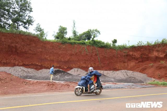 Hàng chục tấn bùn thải Nhà máy Alumin Nhân Cơ đổ trái phép ở Đắk Nông - Ảnh 3.