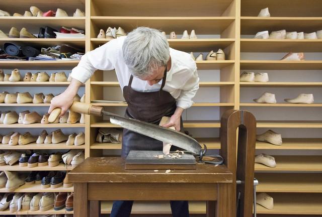 Quy trình chế tác giày bespoke giá nghìn USD của Berluti - anh em cùng nhà với Louis Vuitton: Mất 9 tháng và 250 công đoạn để làm ra tuyệt phẩm! - Ảnh 1.