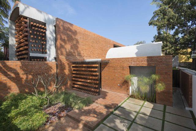 Bỏ quên nắng nóng sau lưng với ngôi nhà bằng gạch nung - Ảnh 2.