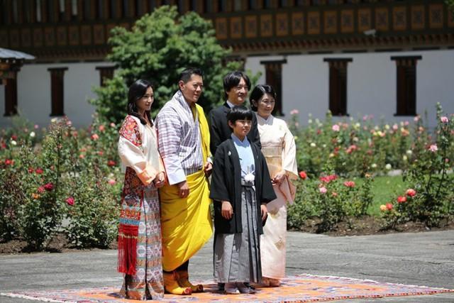 Hoàng hậu Bhutan đọ sắc Thái tử phi Nhật Bản nhưng 2 Hoàng tử nhỏ mới là tâm điểm chú ý, khiến người dùng mạng rần rần - Ảnh 1.