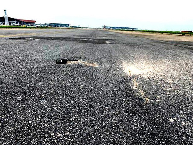 Đường băng sân bay Nội Bài toang hoác, trồi bùn: Có tiền không được sửa? - Ảnh 3.