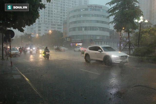 Trời Hà Nội tối đen trong cơn mưa chiều, hàng loạt xe bật đèn lưu thông - Ảnh 4.