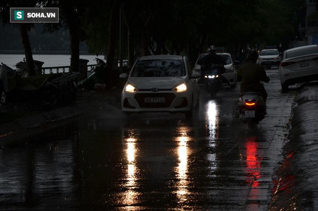 Trời Hà Nội tối đen trong cơn mưa chiều, hàng loạt xe bật đèn lưu thông - Ảnh 5.