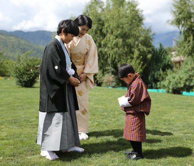 Hoàng hậu Bhutan đọ sắc Thái tử phi Nhật Bản nhưng 2 Hoàng tử nhỏ mới là tâm điểm chú ý, khiến người dùng mạng rần rần - Ảnh 6.