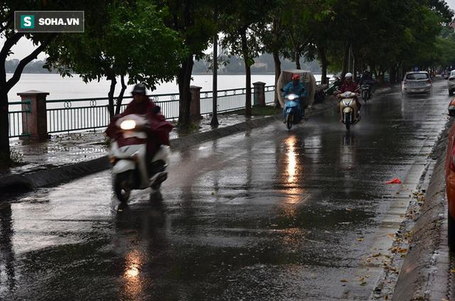 Trời Hà Nội tối đen trong cơn mưa chiều, hàng loạt xe bật đèn lưu thông - Ảnh 6.