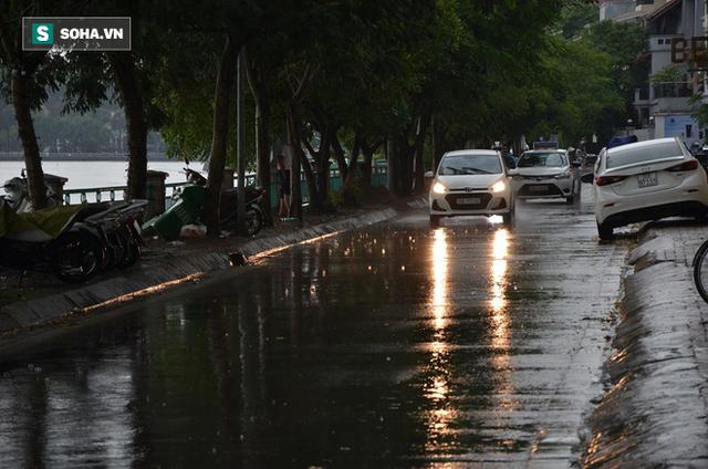 Trời Hà Nội tối đen trong cơn mưa chiều, hàng loạt xe bật đèn lưu thông - Ảnh 7.