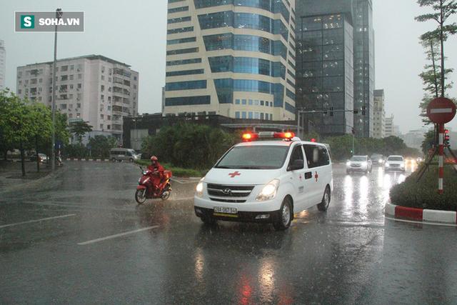 Trời Hà Nội tối đen trong cơn mưa chiều, hàng loạt xe bật đèn lưu thông - Ảnh 8.