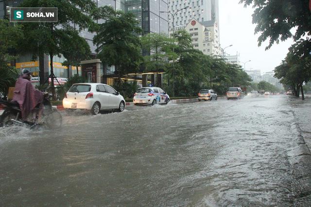 Trời Hà Nội tối đen trong cơn mưa chiều, hàng loạt xe bật đèn lưu thông - Ảnh 9.