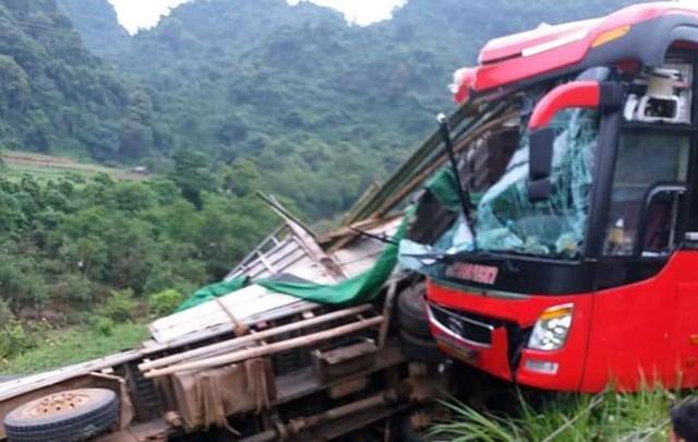 Hiện trường tai nạn xe khách giường nằm tông xe tải khiến 2 người chết, 14 người bị thương - Ảnh 1.