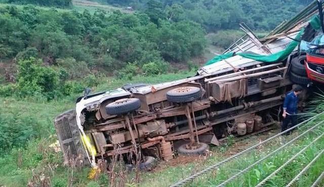 Hiện trường tai nạn xe khách giường nằm tông xe tải khiến 2 người chết, 14 người bị thương - Ảnh 2.