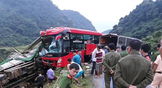 Hiện trường tai nạn xe khách giường nằm tông xe tải khiến 2 người chết, 14 người bị thương - Ảnh 3.