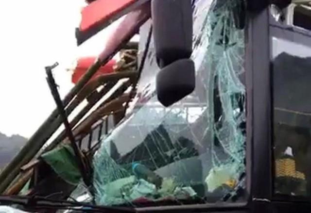 Hiện trường tai nạn xe khách giường nằm tông xe tải khiến 2 người chết, 14 người bị thương - Ảnh 4.