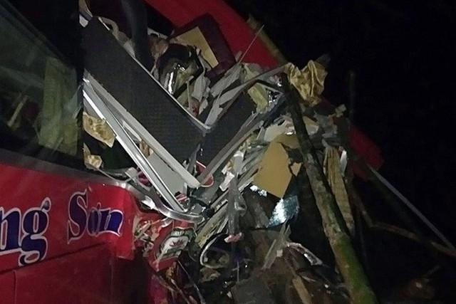 Hiện trường tai nạn xe khách giường nằm tông xe tải khiến 2 người chết, 14 người bị thương - Ảnh 5.