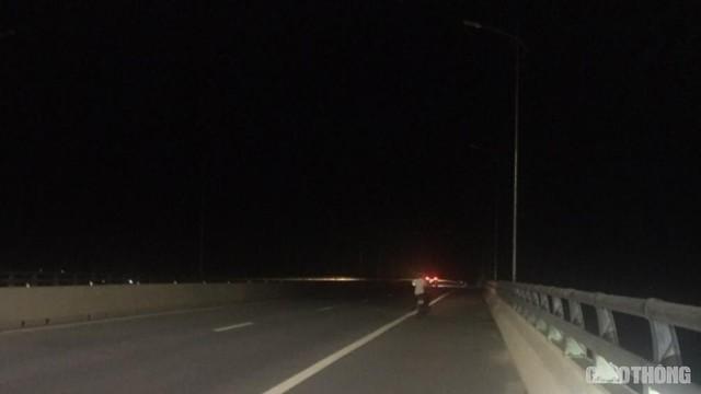 Cây cầu gần 3.000 tỷ mất an toàn vì đèn chiếu sáng hoạt động nửa vời - Ảnh 1.