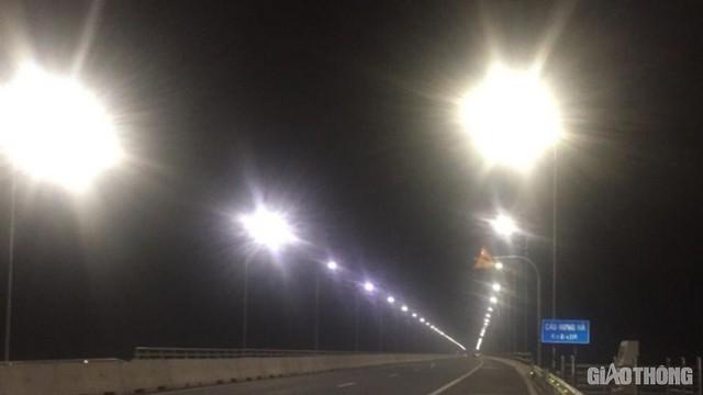 Cây cầu gần 3.000 tỷ mất an toàn vì đèn chiếu sáng hoạt động nửa vời - Ảnh 2.