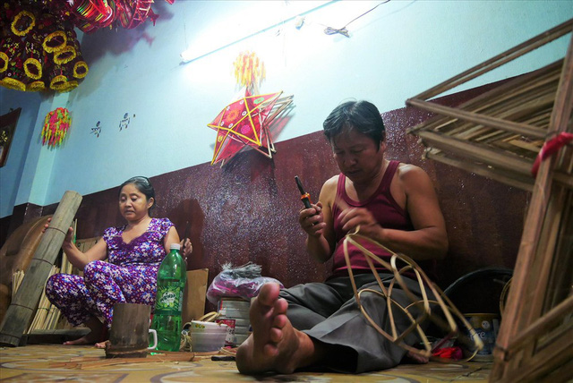 Làng làm đồ chơi ở Sài Gòn bận rộn trước thềm Trung thu - Ảnh 1.