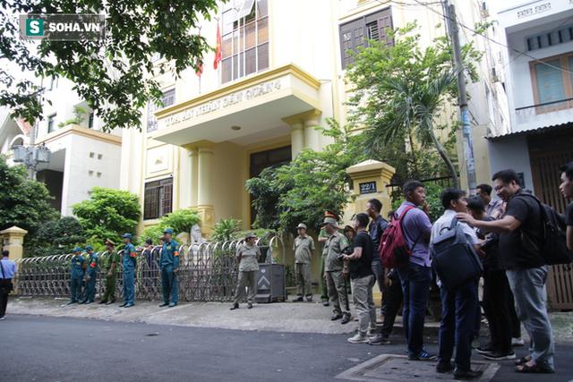 Ông Nguyễn Hữu Linh hầu tòa lần 2, không còn chạy trốn phóng viên như phiên xử trước - Ảnh 4.
