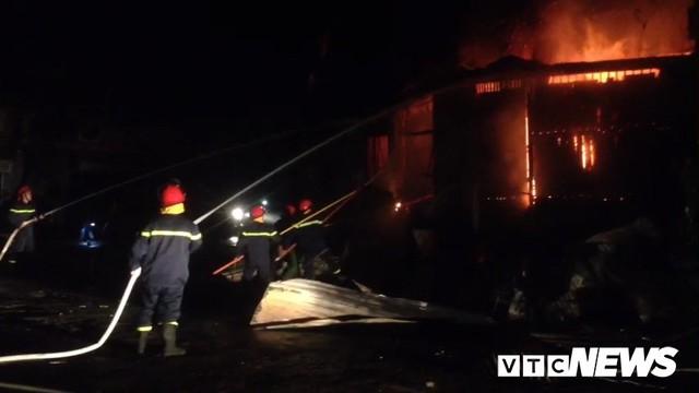 Gần 100 người cứu hỏa 2 căn nhà bốc cháy lúc nửa đêm ở Đắk Lắk - Ảnh 1.