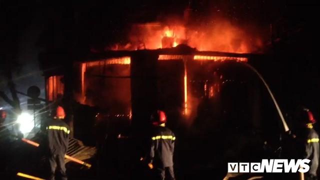 Gần 100 người cứu hỏa 2 căn nhà bốc cháy lúc nửa đêm ở Đắk Lắk - Ảnh 2.
