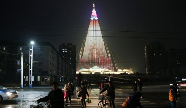 Lạ lùng khách sạn cao nhất Triều Tiên 30 năm hoang lạnh không người - Ảnh 2.