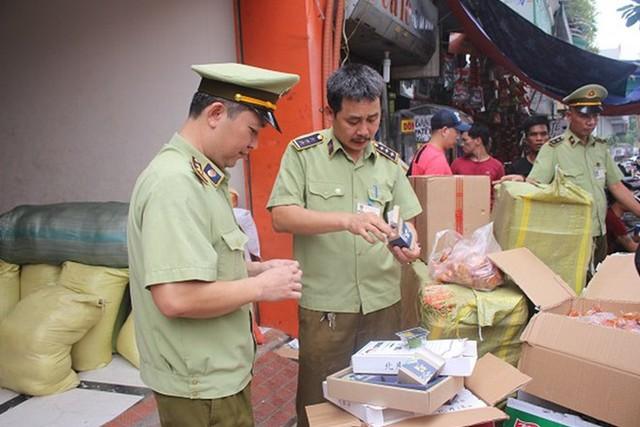 Hàng chục nghìn sản phẩm có nguồn gốc từ Trung Quốc bị tịch thu tại điểm tập kết nhà xe Sao Việt - Ảnh 1.