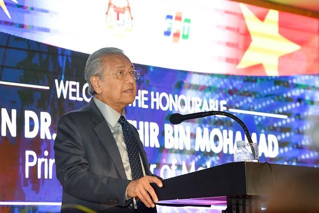 Thủ tướng Malaysia đối thoại với sinh viên Việt: Người dân Malaysia không dễ dàng tiếp cận công nghệ mới như ở Việt Nam - Ảnh 1.