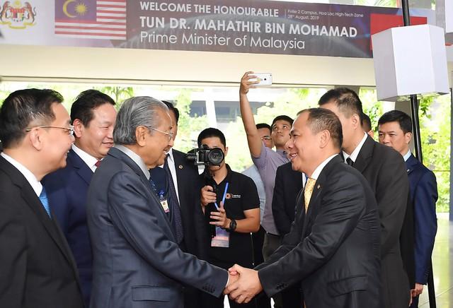 Toàn cảnh màn lái thử xe Vinfast với vận tốc 100 km/h của Thủ tướng 94 tuổi Mahathir Mohamad - Ảnh 1.