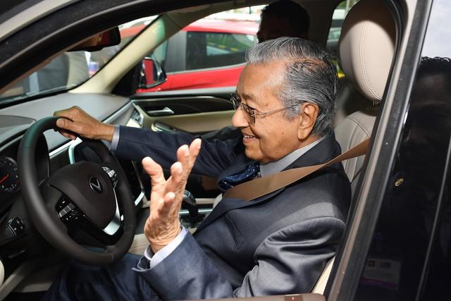 Toàn cảnh màn lái thử xe Vinfast với vận tốc 100 km/h của Thủ tướng 94 tuổi Mahathir Mohamad - Ảnh 4.