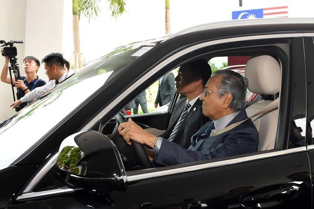 Toàn cảnh màn lái thử xe Vinfast với vận tốc 100 km/h của Thủ tướng 94 tuổi Mahathir Mohamad - Ảnh 5.