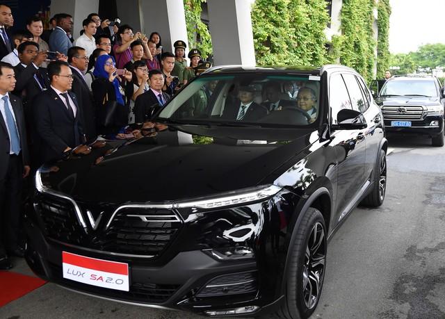 Toàn cảnh màn lái thử xe Vinfast với vận tốc 100 km/h của Thủ tướng 94 tuổi Mahathir Mohamad - Ảnh 7.