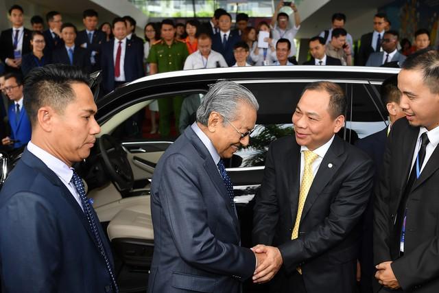 Toàn cảnh màn lái thử xe Vinfast với vận tốc 100 km/h của Thủ tướng 94 tuổi Mahathir Mohamad - Ảnh 9.