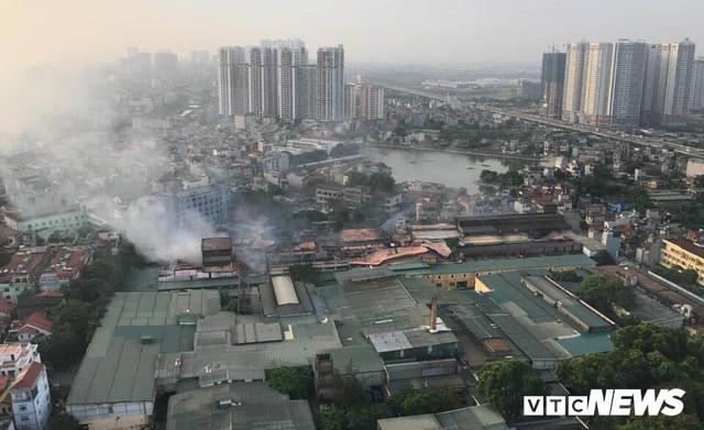 Lính cứu hoả vào từng ngóc ngách dập đám cháy ở Công ty Rạng Đông, dân xung quanh vẫn sơ tán - Ảnh 1.
