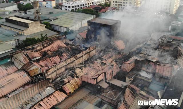 Lính cứu hoả vào từng ngóc ngách dập đám cháy ở Công ty Rạng Đông, dân xung quanh vẫn sơ tán - Ảnh 2.