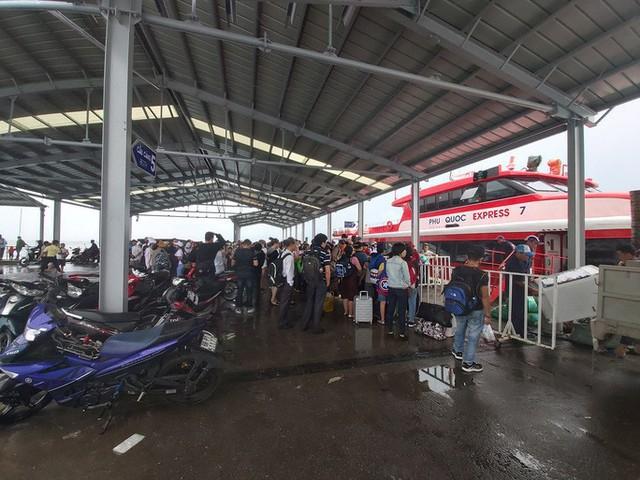 Tàu cao tốc ở Phú Quốc tạm ngưng hoạt động, khách vỡ kế hoạch nghỉ lễ 2-9 - Ảnh 1.  - photo-1-15670483168831010648914 - Tàu cao tốc ở Phú Quốc tạm ngưng hoạt động, khách vỡ kế hoạch nghỉ lễ 2-9