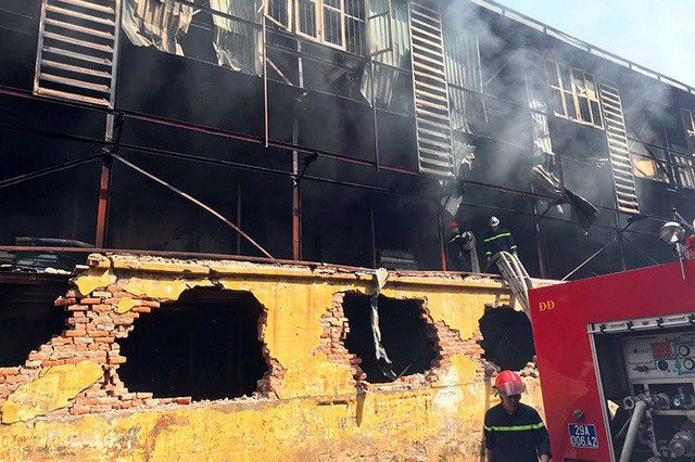 Cảnh hoang tàn sau vụ cháy Công ty bóng đèn phích nước Rạng Đông - Ảnh 1.