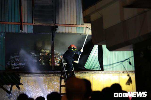 Lính cứu hoả vào từng ngóc ngách dập đám cháy ở Công ty Rạng Đông, dân xung quanh vẫn sơ tán - Ảnh 11.