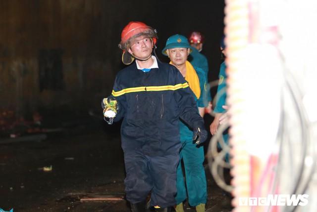 Lính cứu hoả vào từng ngóc ngách dập đám cháy ở Công ty Rạng Đông, dân xung quanh vẫn sơ tán - Ảnh 12.
