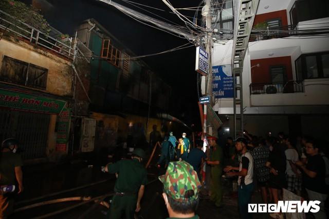 Lính cứu hoả vào từng ngóc ngách dập đám cháy ở Công ty Rạng Đông, dân xung quanh vẫn sơ tán - Ảnh 13.