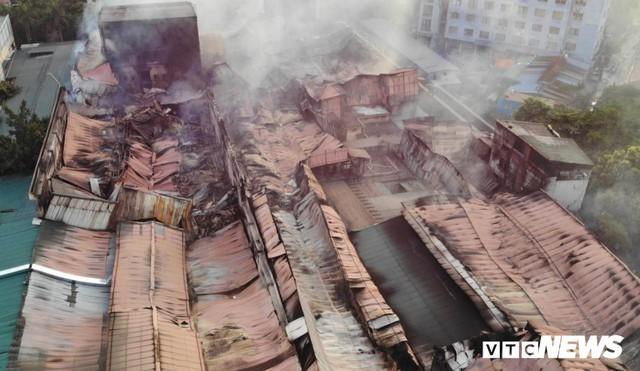 Lính cứu hoả vào từng ngóc ngách dập đám cháy ở Công ty Rạng Đông, dân xung quanh vẫn sơ tán - Ảnh 3.