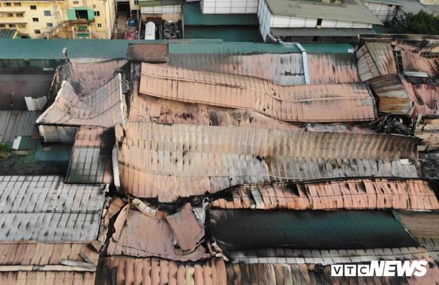 Lính cứu hoả vào từng ngóc ngách dập đám cháy ở Công ty Rạng Đông, dân xung quanh vẫn sơ tán - Ảnh 4.